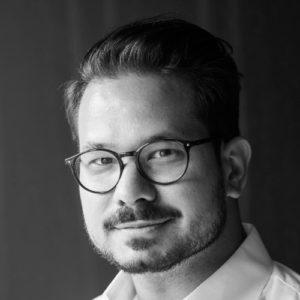 Semih Kaçan ist Mitbegründer des Trust Square (größter Blockchain-Hub der Welt) und Gründer von KACO (Blockchain Boutique). emih verfügt über eine mehr als 10-jährige Erfahrung im Asset Management und in der strategischen Beratung bei der Credit Suisse und BearingPoint und HASPA, bevor er beide Unternehmen in Zürich gründete. Er ist Mitglied des Vorstands von Trust Square und Chief Executive Officer von KACO. Zusammen mit KACO fokussiert er die digitale Transformation von Asset Management und Fußball. Vor der Gründung von Trust Square arbeitete er als Business Manager CH & EMEA bei Credit Suisse Asset Management, wo er Digitalisierungsstrategien für die Bank entwickelte und durchführte. Bevor er zur Credit Suisse Asset Management kam, gründete er KACO und war als Strategie- und Managementberater in verschiedenen Unternehmensentwicklungs-Projekten tätig. Bei Bearing Point arbeitete Semih als Senior Consultant im Bereich Asset Management. Semih begann seine Karriere 2006 mit einem Trainee-Programm bei der Hamburger Sparkasse (HASPA). Er hat einen Master-Abschluss in Corporate Finance vom Henley Business School/ICMA Centre und einen Bachelor-Abschluss in Business Administration von der Universität Hamburg.