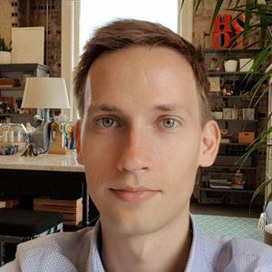 Timon ist seit 2011 begeistert von der Blockchain als innovative Technologie. Seit 2014 ist er als selbstständiger Blockchain-Experte tätig und unterstützt u.a. führende Firmen wie Kraken. Als Ethereum mit dem Untergang der DAO an einem Scheideweg stand veröffentlichte Timon den meistgenutzten Smart Contract um ETH von ETC zu splitten (replay protection). Anschließend half er als Teil der neu eingesetzten Curatoren die DAO korrekt abzuwickeln. In der lokalen Community ist Timon als Organisator des Blockchain-Meetups Freiburg aktiv.